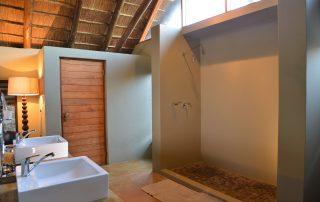 Black-Rhino-Game-Lodge-Bathroom