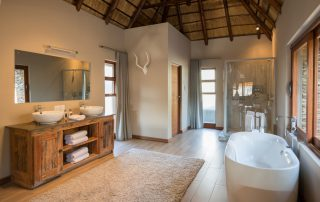Arathusa-Safari-Lodge - suite bathroom