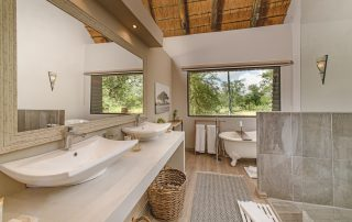 Karongwe River - Family-suite-bathrooms
