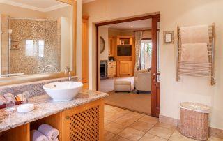 Olivers-Luxury-Room-06-bathroom