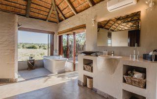 Hlosi-Game-Lodge-Xscape4u-Luxury-Suite-Bathroom-Amakhala-Game-Reserve