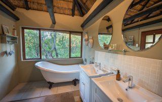 Kambaku-Safari-Lodge-Xscap4u-Suite-bathroom-Timbavati-Game-Reserve.