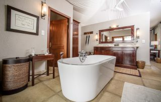 Savanna-Private-Game-Reserve-Xscape4u-Luxury-suite-bathroom-Sabi-Sand-Game-Reserve